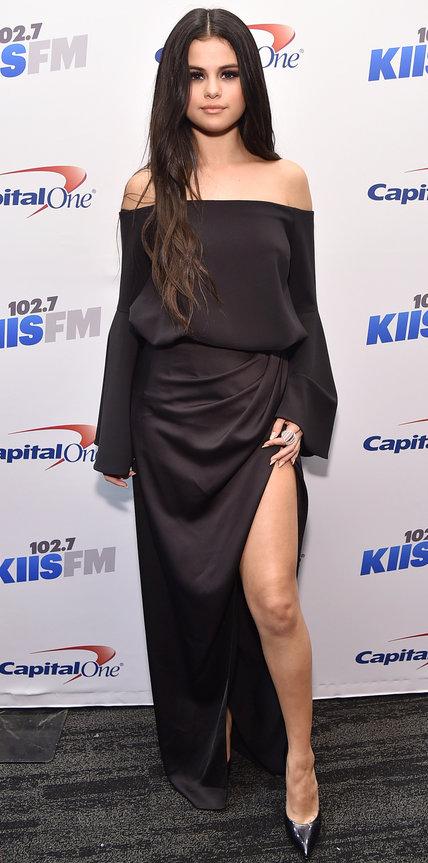 Селена Гомес в длинном темном платье с разрезом