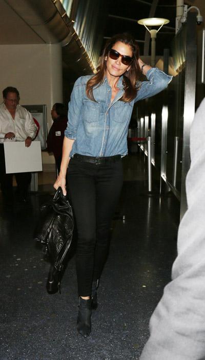 Синди Кроуфорд в черных брюках и синей джинсовой рубашке