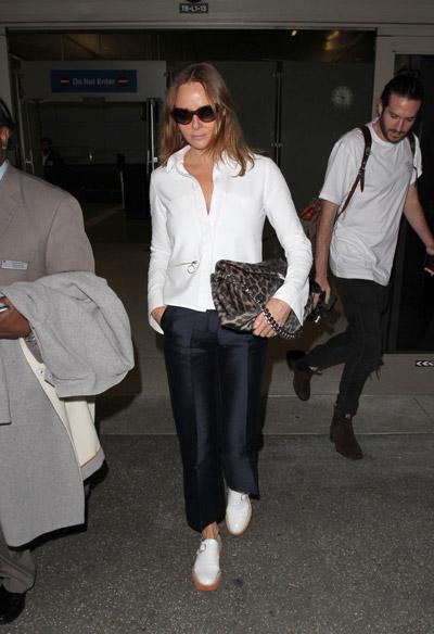 Стелла Маккартни в аэропорту в брюках со стрелками, белая кофта и сумка