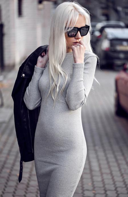 Девушка в простом сером платье