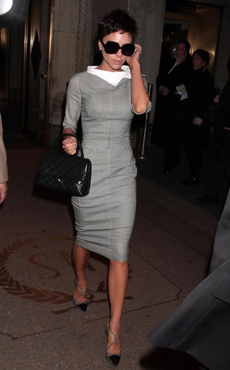 Виктория Бекхэм в сером платье