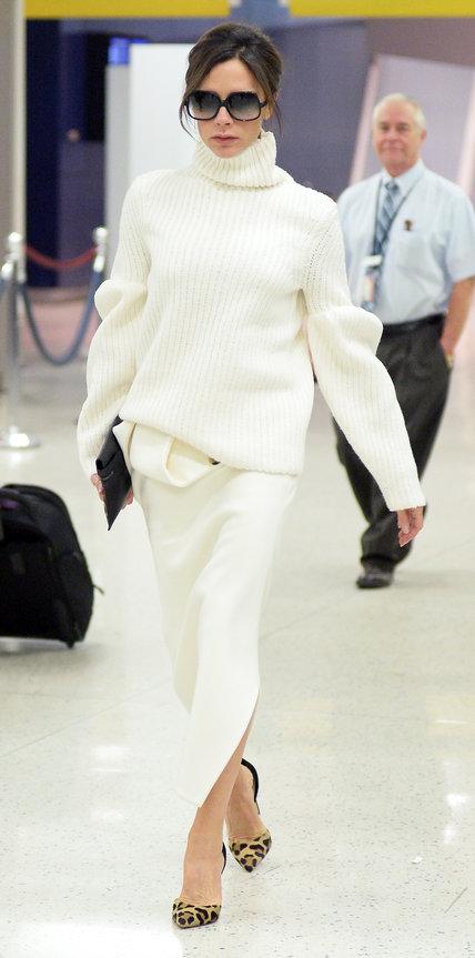 Виктория Бекхэм в белой юбке и свитере