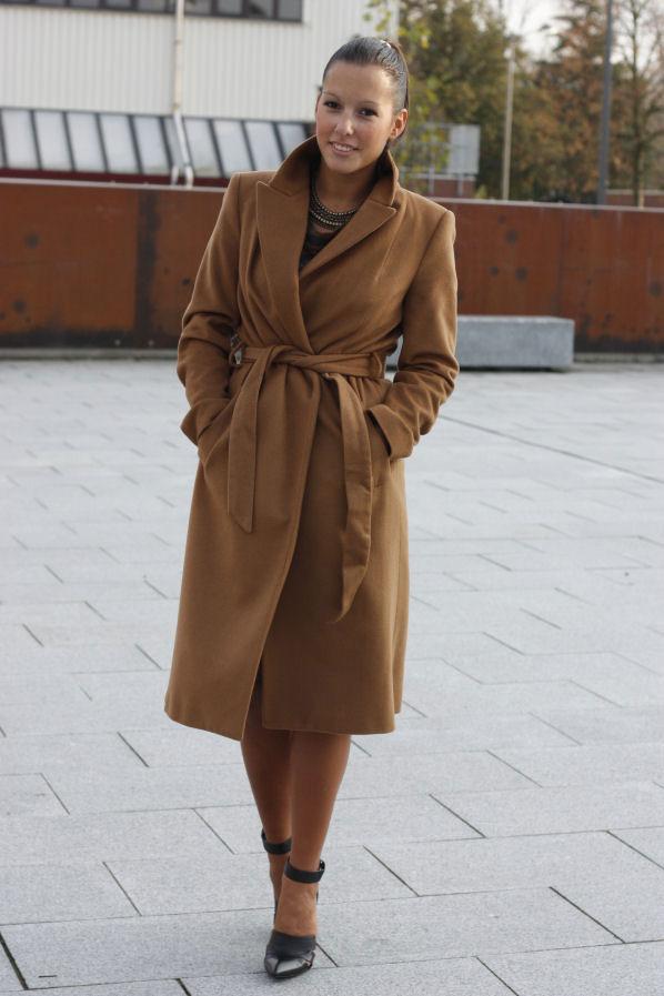 Девушка в светло-коричневом пальто