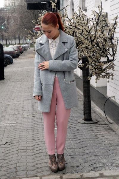 девушка в розовых брюках