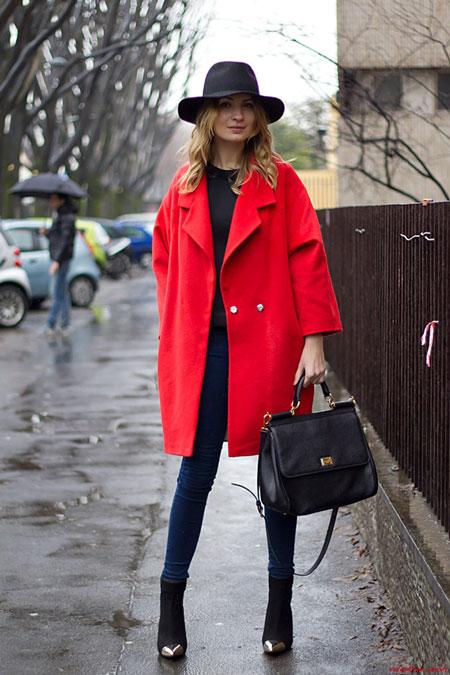девушка в пальто оверсайз