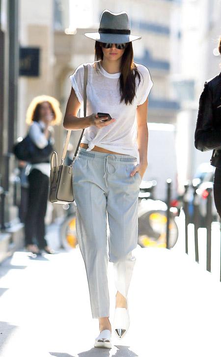Девушка в легких брюках и шляпе