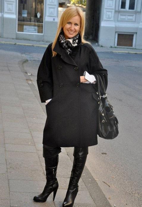 девушка в темном пальто с платком