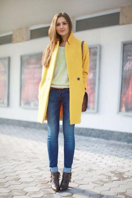 девушка в желтом пальто и джинсах