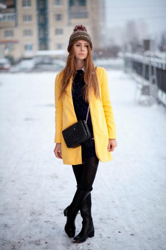 девушка в желтом зимнем пальто