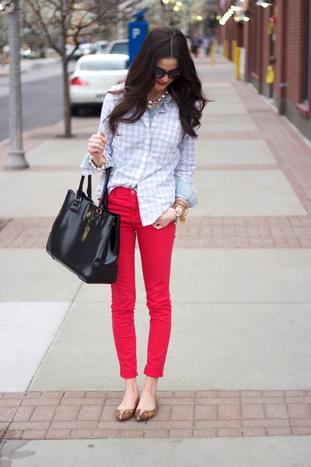 Девушка в светлой рубашке