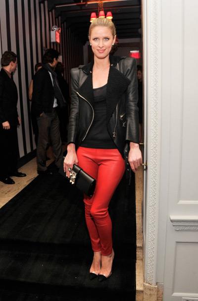 Никки Хилтон в красных брюках