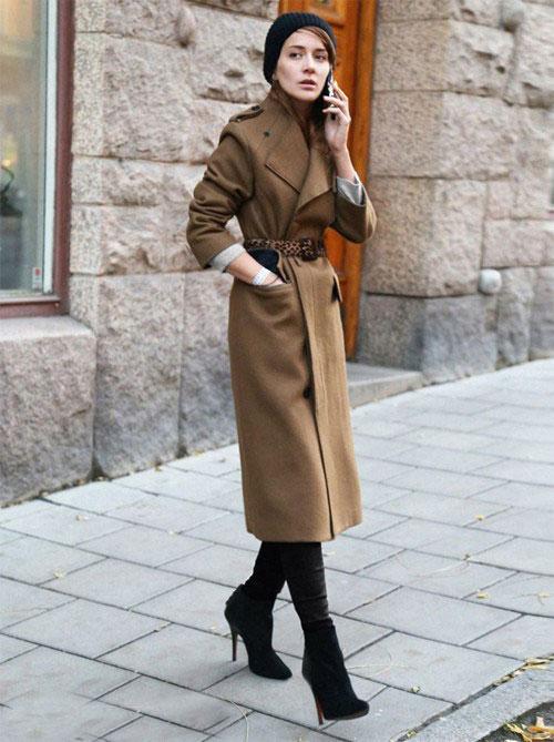 девушка в прямом длинном пальто