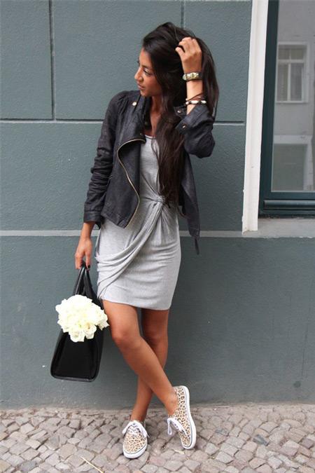 Девушка в косухе и светло-сером платье