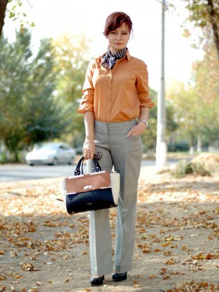 Девушка в оранжевой блузке