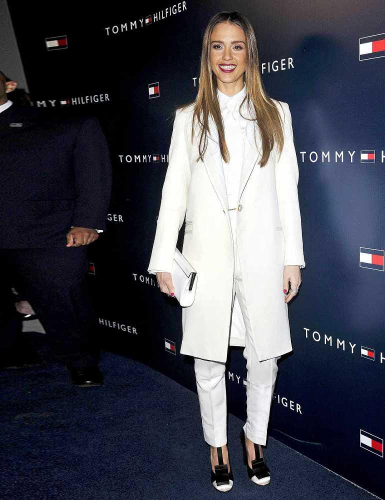 Джессика Альба в белом пальто