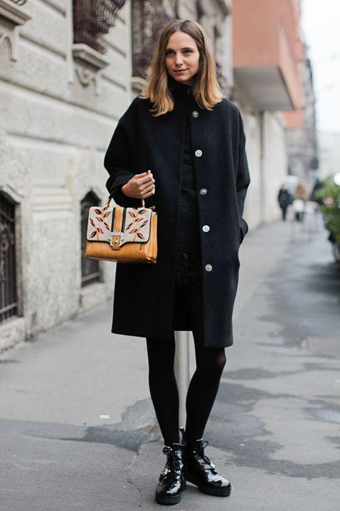Девушка с оригинальной сумкой