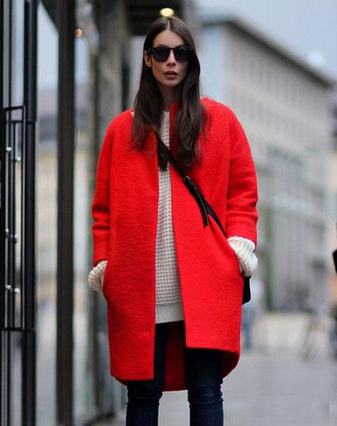 девушка в красном пальто и с сумкой через плечо