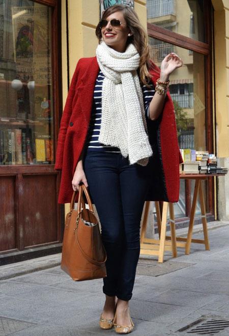 девушка в объемном белом шарфе