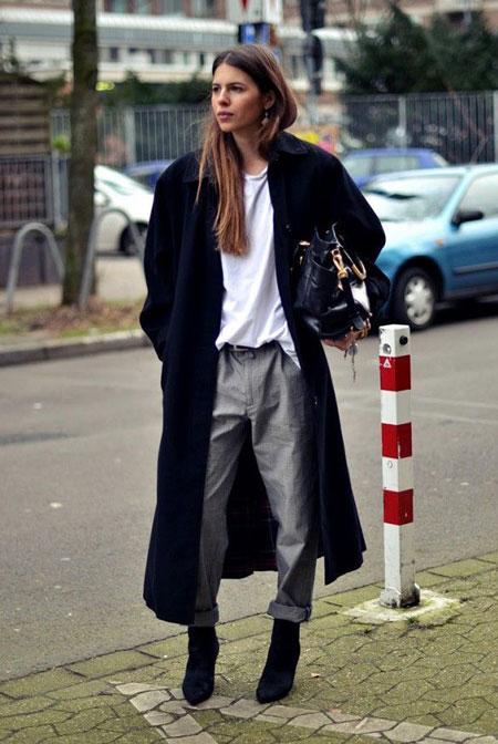 Девушка в серых мятых брюках