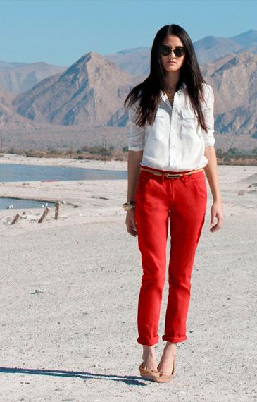 Девушка в красных брюках и белой блузке