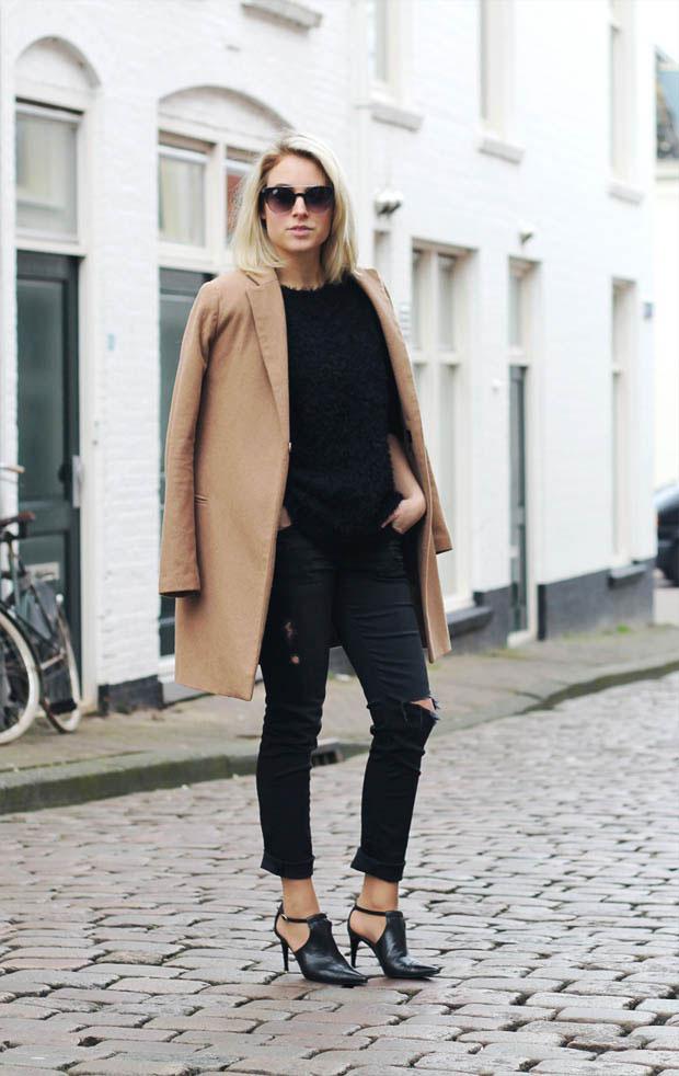 Девушка в рваных черных брюках
