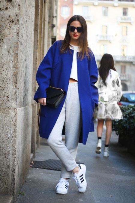 Девушка в синем пальто и кроссовках