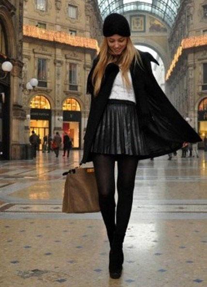 Девушка в плиссированной юбке