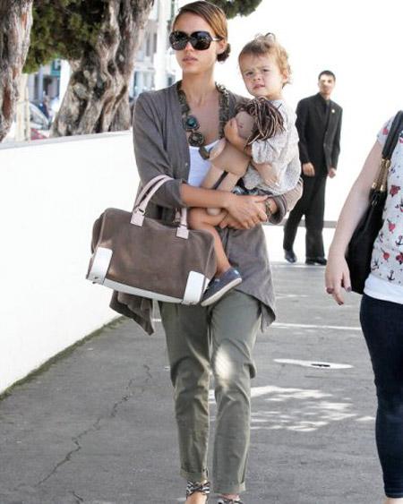 Джессика Альба в серых брюках