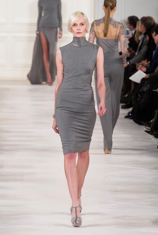 Модель в сером приталенном платье