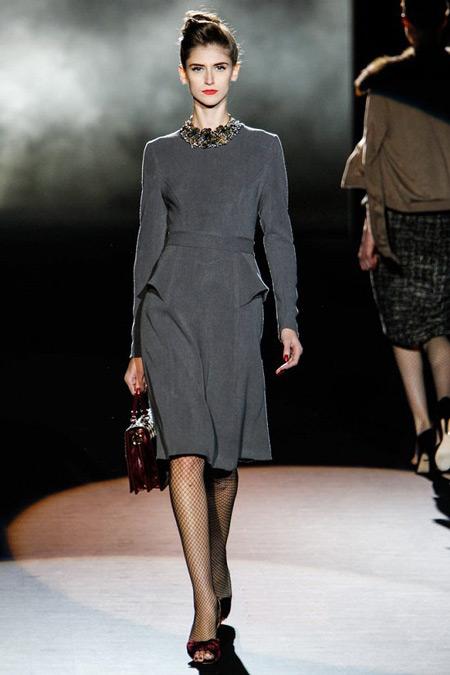 Модель в закрытом платье