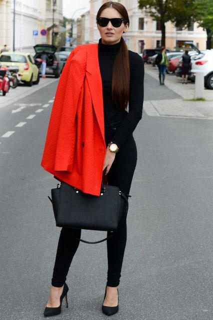 девушка в черных брюках и пальто
