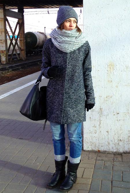 Девушка в объемном сером шарфе