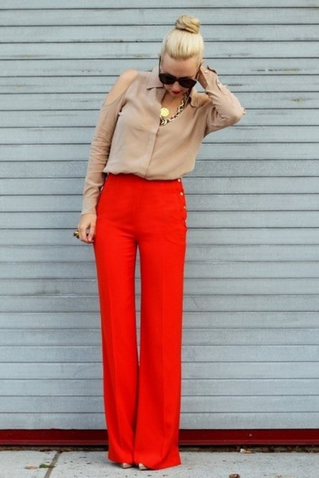 Девушка в брюках клеш красного цвета