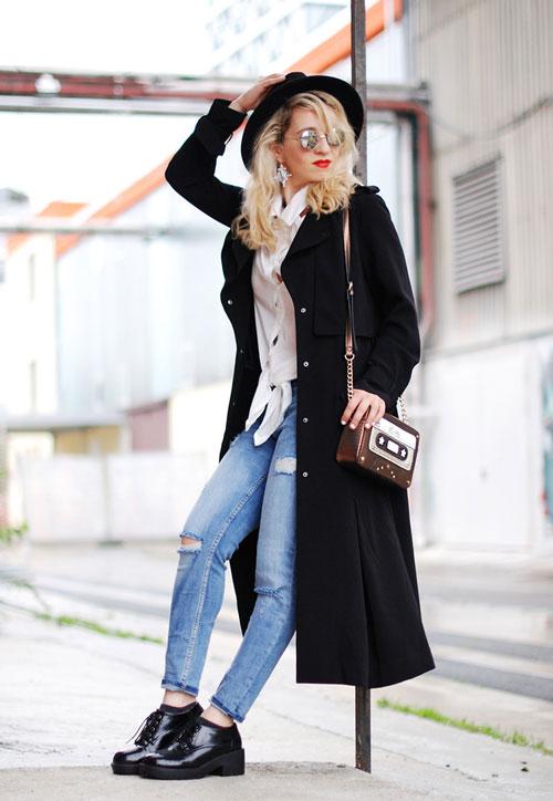 Девушка с сумкой-касетой