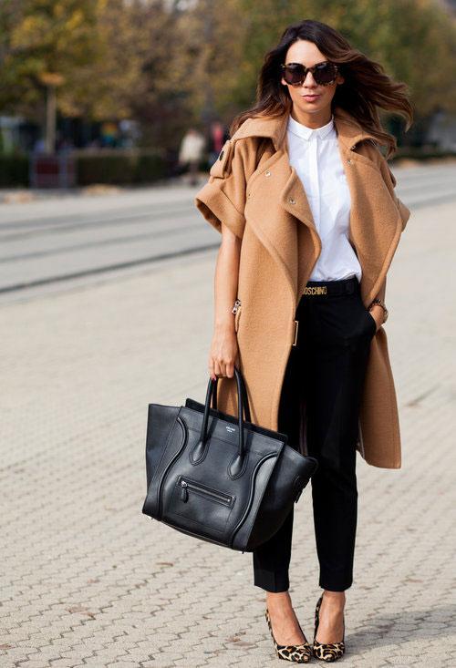 Девушка в оригинальном пальто