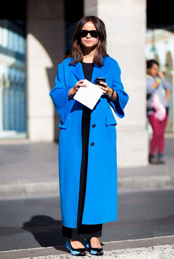 Девушка в длинном пальто цвета виолы