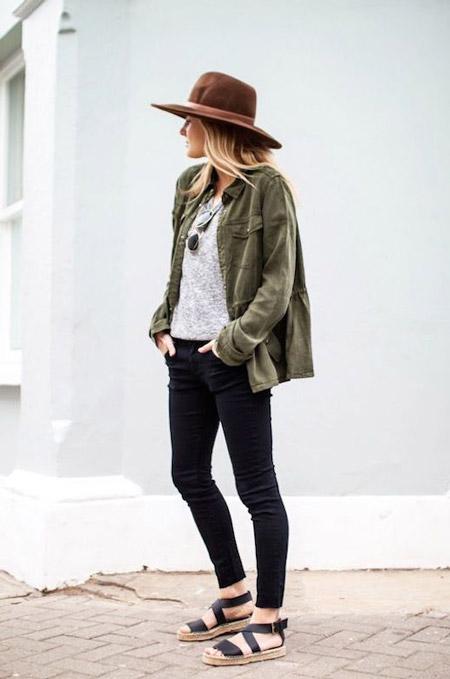Девушка в джинсах, шляпе и черных сандалиях