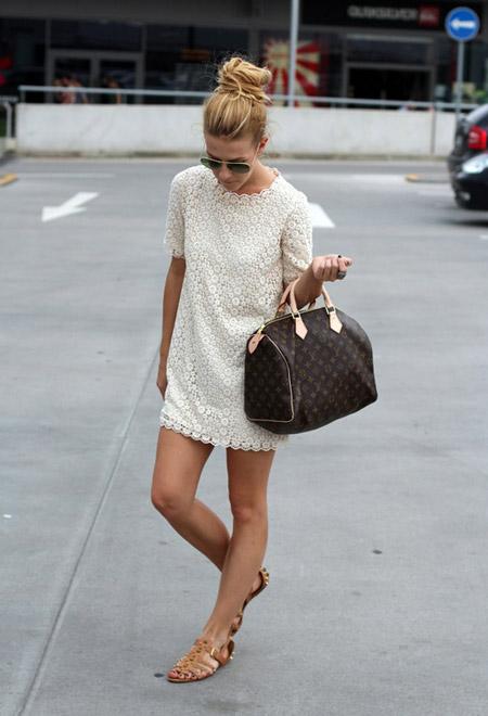 Девушка в белом мини-платье и сандалиях