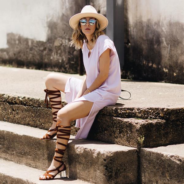 Розовое платье и шляпа