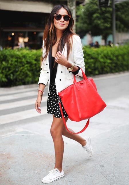 Девушка с красной сумкой и в кедах