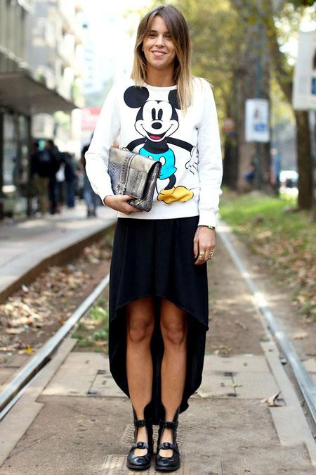 Девушка в асимметричной юбке и свитшоте