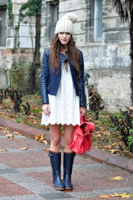 Девушка в белом платье и синих сапогах