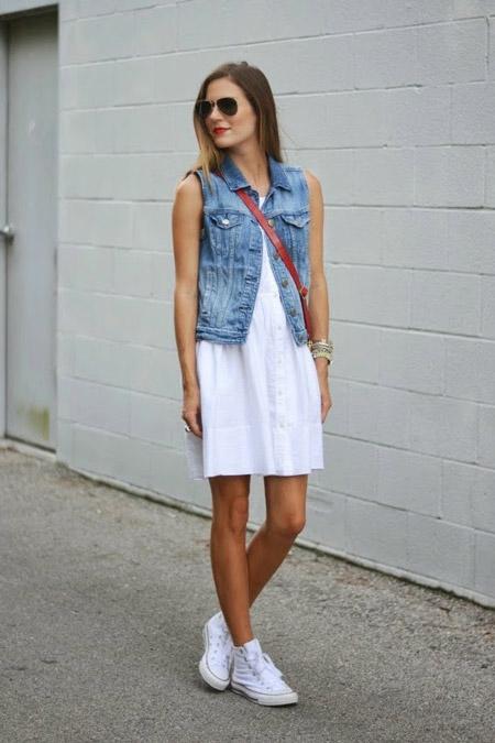Девушка в белом платье и жилетке