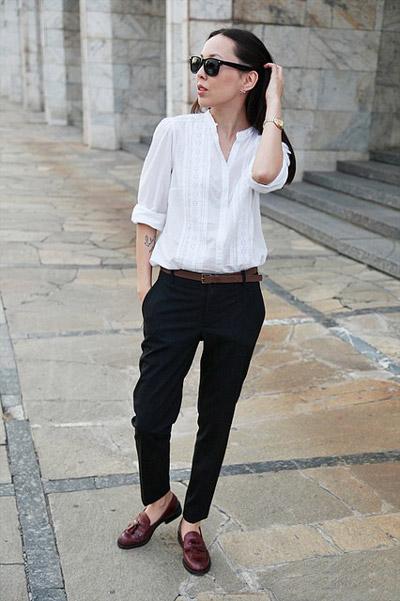 Девушка в белой блузке и брюках и лоферах