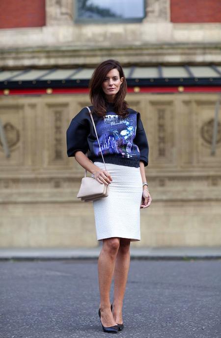 Девушка в белой юбке и черном свитшоте
