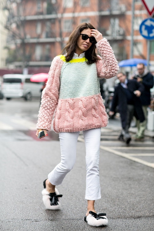 Девушка в белых джинсах и пышном свитере