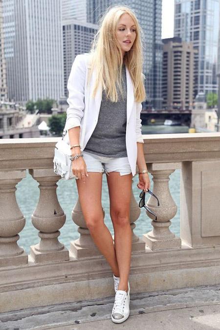 Девушка в белых шортах