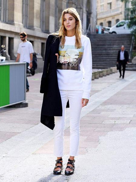 Девушка в белых зауженных брюках
