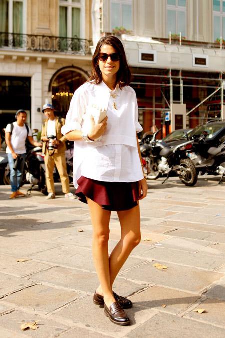 Девушка в бордовой юбке и лоферах