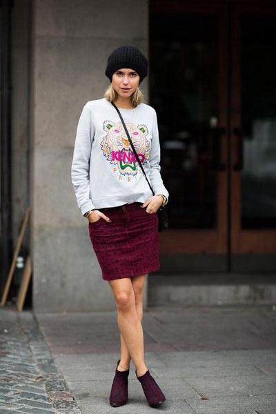 Девушка в бордовой юбке и свитшоте